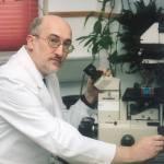 Un grupo de científicos españoles, dirigidos por el doctor Ramón Cacabelos, ha diseñado la primera vacuna contra el alzheimer capaz de prevenir la enfermedad o revertir sus manifestaciones cuando ya se ha desarrollado, tal y como han evidenciado los ensayos realizados en ratones transgénicos. Agencia EFE. Enero de 2013