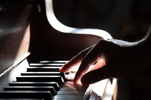 Actividades para realizar con una persona con demencia: musica para despertar del alzheimer piano-manos-7383707_640