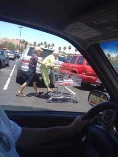 Se lo pasan bien... y el equipo de Alzheimer Universal hemos llegado a una conclusión: Ellos no fueron a comprar, fueron a divertirse con el carrito. Y nos parece perfecto!