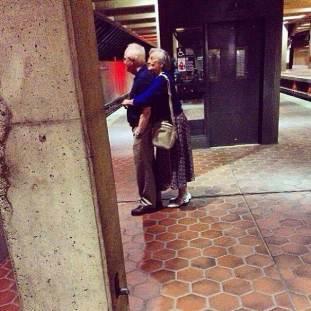 Cuando el Amor es de verdad, el Amor es para SIEMPRE. Y si no, que se lo pregunten a esta pareja, que no desaprovecha un momento para un buen abrazo.