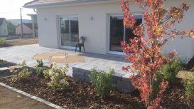 Aménagement paysager autour d'une terrasse composée de dalles et d'une incrustation décorative en bois, Epinal