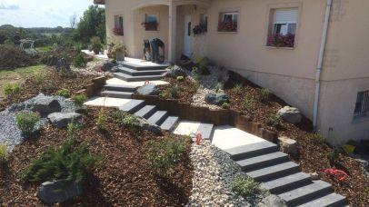 Escalier d'entrée et massif arbustif