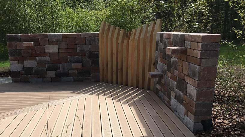 Entourage de terrasse bois et muret en blocs bi-muro bruns