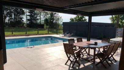 Terrasse ombragée et entourage piscine en grès cérame