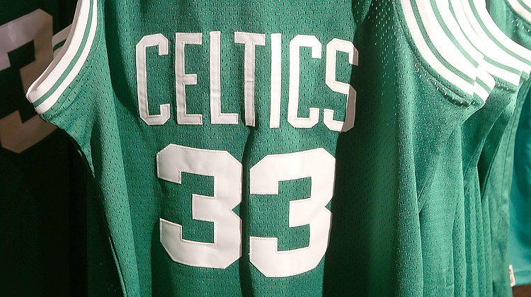 Secondo il blog celticslife.com è tempo di studiare alternative per rendere omaggio alla carriera di vecchi campioni con la maglia dei Boston Celtics. Se tutti i numeri di maglia vengono ritirati cosa di deve fare? E la domanda che si è fatto Austin, un tifoso dei Boston Celtics e ben argomentata sul blog celticslife.com. I numeri a disposizione dei giocatori sono dallo 00 al 99 per un totale di 101 maglie. Dal 1946 ben 21 numeri sono stati ritirati per rendere omaggio a campioni che hanno vestito il verde di Celtics. Un record nello sport professionistico Usa. Probabile che anche quelli di Garnett e Pierce presto saranno messi da parte portando la cifra a 23. Con questo ritmo -- calcola Austin -- in 69 anni rimarranno solo 59 numeri disponibili. Facendo nascere dei problemi. Oggi rimangono disponibili 80 numeri meno i 13 in uso dal roster stagionale. Di solito i giocatori preferiscono numerazioni basse e per questo motivo i più gettonati nelle ultime stagioni sono il numero 4, 7, 8, 11, 12 e 13. Chi arriva deve accontentarsi di quello che rimane: spesso le decine dopo il 60. Il nostro Gigi Datome ai Boston Celtics ha scelto il numero 70 (con i Detroit Pistons aveva il 13). Per quanto assurdo possa sembrare la domanda che pone celticslife.com è la seguente: qualche giocatore free-agent potrebbe rifiutare i Celtics perché non trova un numero di maglia che gli piace? Per ora sembra paradossale, ma di questo passo potrebbe diventare un problema serio con il quale misurarsi a Boston. Bisogna iniziare a trovare valide alternative. Nessuno arriverà mai ai Celtics per vestire il mitico 33 di Larry Bird come mai nessuno a Chicago prenderà il 23 di Michael Jordan e in futuro ai Lakers per usare il 45 di Kobe Bryant. Ma gli altri 100 numeri? Jim Loscutoff, vecchia gloria dei Celtics tra gli Anni 50 e 60 vincitore di 7 titoli, ha declinato l'invito di ritirare il suo numero 18. Preferiva vederlo sulle spalle di un giocatore con la canotta verde piuttosto che appeso al soffitto