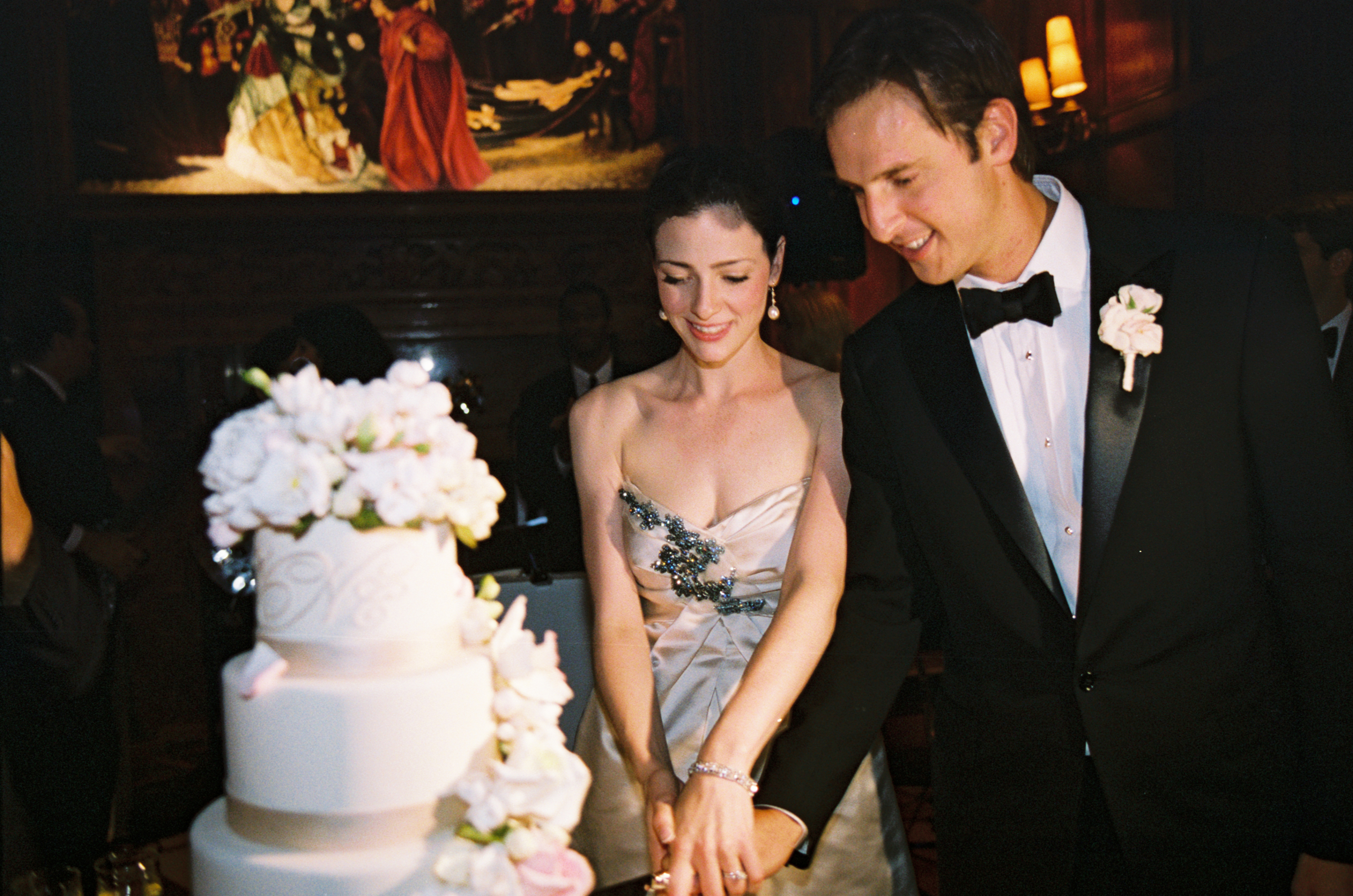 10 Traditions To Not skip For Your Wedding   Amanda Douglas Events     cutting the wedding cake   amanda douglas events