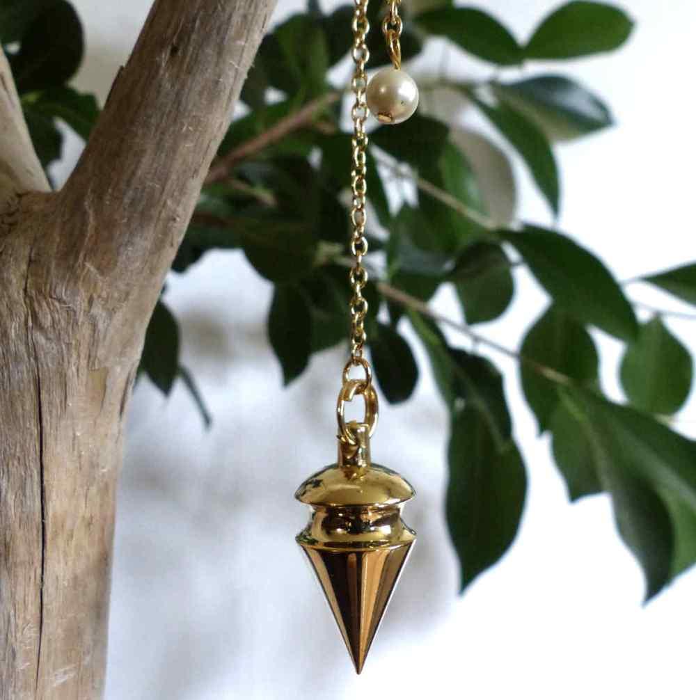 Pendule en forme de cône doré