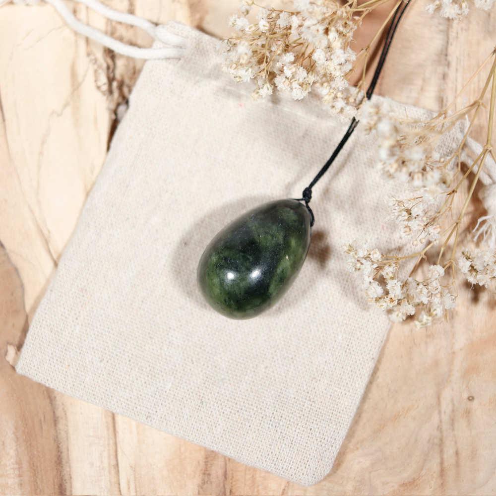 Œuf de yoni percé en jade foncé, modèle moyen