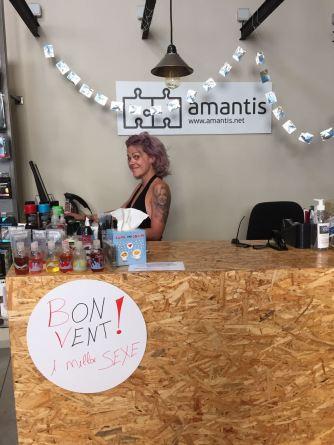 Mireia en el mostrador de amantis Gràcia decorado para la FMGracia2016