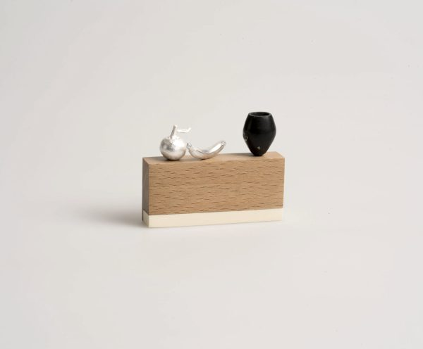 Broche. Madera de haya, plata, coral reconstituido, shungit, bronce, Carmen Amador