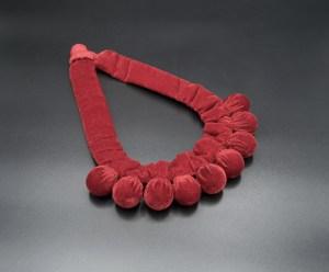 Vianney Méndez. Collar de terciopelo rojo Silvina. Artesanía textil