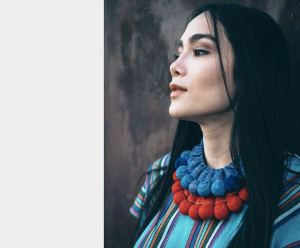 Collar Silvina, textil rojo y azul. Artesanía textil.