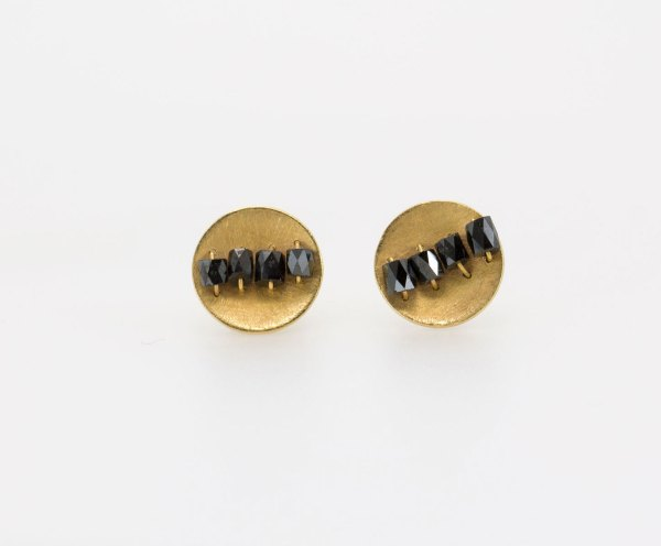 Pendientes oro con diamantes negros, gold. Marcus Teipel. contemporary jewelry. art in jewelry. Jewelry design Joyería Barcelona
