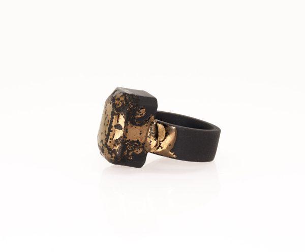 Artista Beru Inou. Jewelry design Joyería Barcelona Diseño Barcelona Arte Barcelona. Anillo de porcelana negra y oro