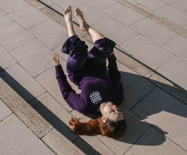 Broche intersecciones. Bailarina de morado. Gabriela Baca. Joyería de arte Barcelona. Corian. Reciclaje. Recrafted, upcycling