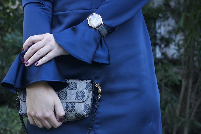 henry-london-embajadora-paula-fraile-vestido-escote-espalda-azul-bolso-loewe-amaras-la-moda2jpg