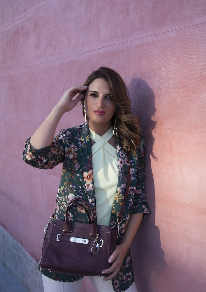 chaqueta flores top pantalón gucci bolso coach amaras la moda paula fraile2