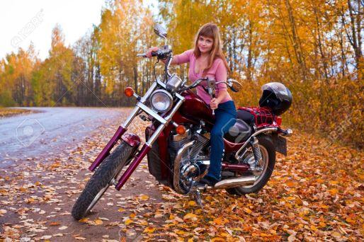 5884021-Bella-ragazza-sulla-moto-Autunno-Archivio-Fotografico