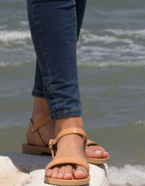 With a Greek style, the Aphrodite are magnificent and playful strap sandals with adjustable strap with buckle closure.