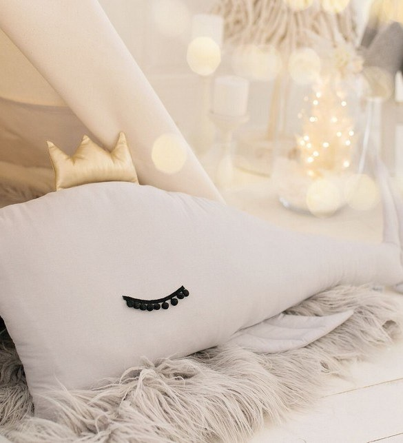 A unique way to show somebody just how much you care, the White Whale Large Baby Cushion is a truly unique occasional gift for your favourite little person to treasure for the years to come.