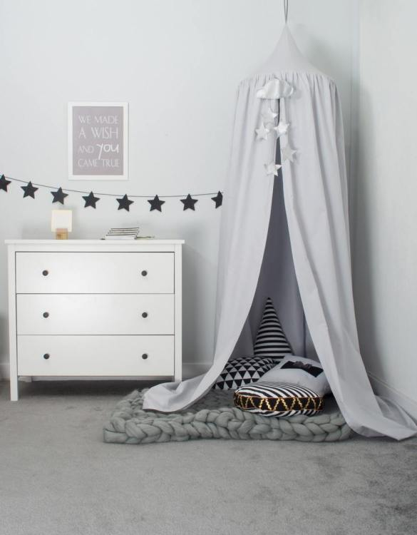A super cosy retreat, the Grey Children's Canopy with Garland create a fun fairytale-like environment in your child's bedroom. This hanging tent can be a castle, a spaceship, a reading nook, but also a great decoration for your house.