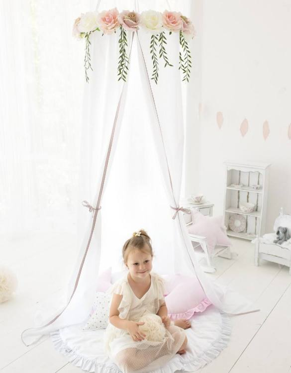 A super cosy retreat, the White Roses Children's Canopy with Flowers creates a fun fairytale-like environment in your child's bedroom. This hanging tent can be a castle, a spaceship, a reading nook, but also a great decoration for your house.