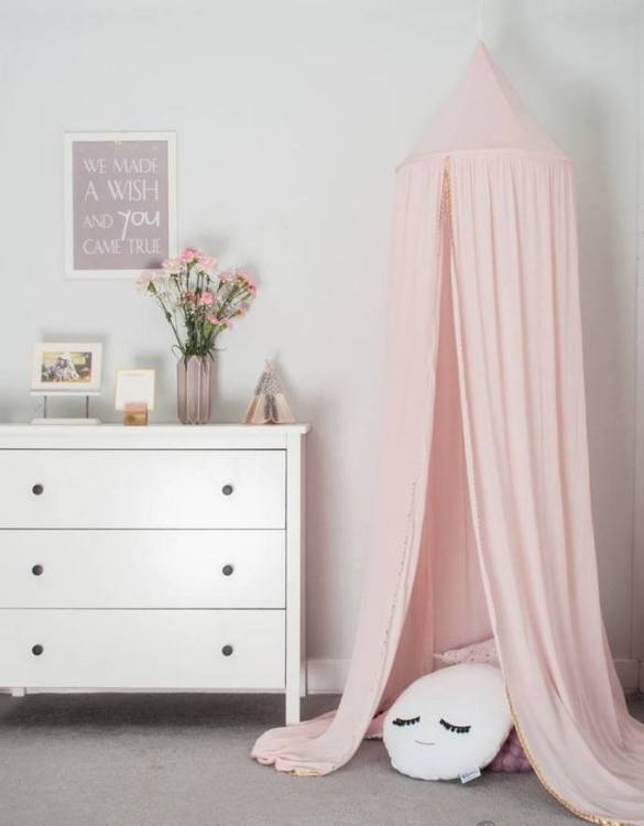 A super cosy retreat, the Powder Pink Children's Canopy creates a fun fairytale-like environment in your child's bedroom. This hanging tent can be a castle, a spaceship, a reading nook, but also a great decoration for your house.
