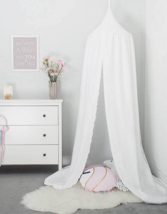 A super cosy retreat, the White Romantic Children's Canopy with Lace creates a fun fairytale-like environment in your child's bedroom. This hanging tent can be a castle, a spaceship, a reading nook, but also a great decoration for your house.