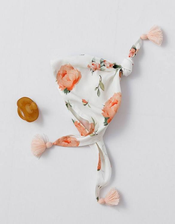 With a fresh design, the Peach Peonies Bamboo Triangular Handkerchief is a breathable, very flexible, and gentle material, ideal for the sensitive skin type of small babies and newborns.