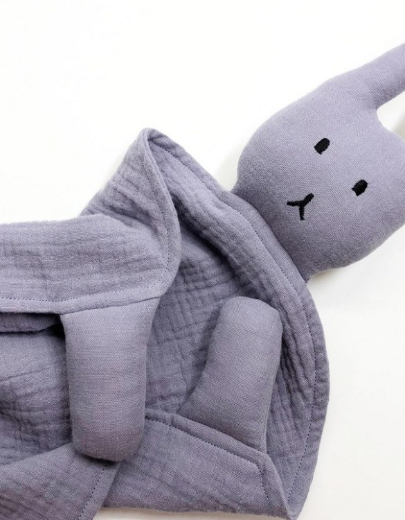Perfect for tiny little hands to explore and hug, the Peter Rabbits Mauve Baby Comforter makes a perfect friend to every baby or toddler. This unique baby comforter toy will encourage babies to explore textures and develop their grabbing skills and become the finest puppet to engage newborns.
