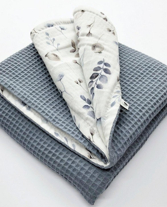 Treat your little one to cosy comfort, the Grey Blue Flower Waffle Blanket will keep baby feeling secure and warm, perfect for keeping your baby comfortable when you're out and about. A tender wrap makes your baby feel safe and secure in the big, new world.