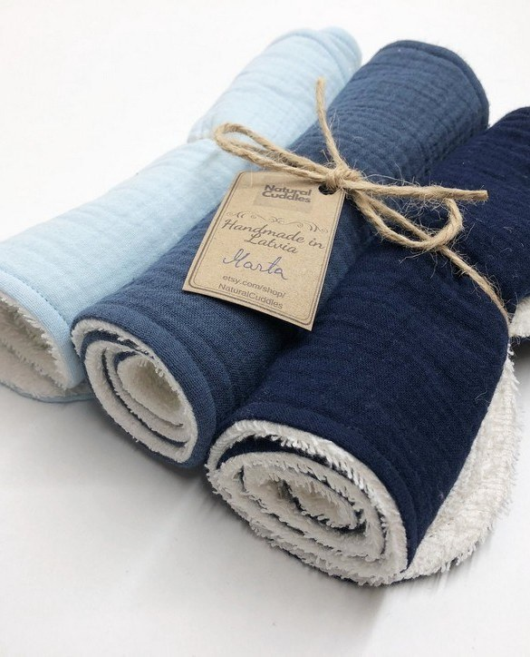 With a multitude of uses, the Set of 3 Blue Burp Rags is ideal for your baby with sensitive skin. This burp cloth is lightweight, breathable, and helps babies sleep well.