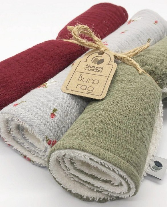 With a multitude of uses, the Set of 3 Christmas Burp Rags is ideal for your baby with sensitive skin. This burp cloth is lightweight, breathable, and helps babies sleep well.