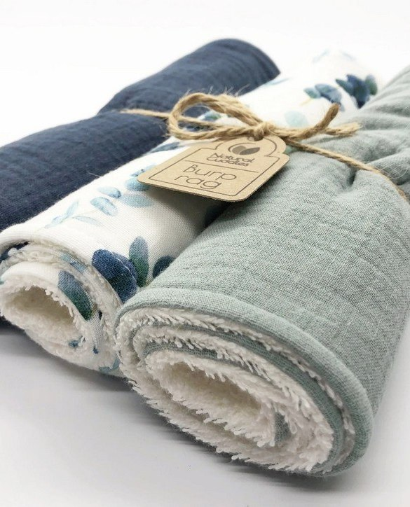With a multitude of uses, the Set of 3 Green - Blue Burp Rags is ideal for your baby with sensitive skin. This burp cloth is lightweight, breathable, and helps babies sleep well.