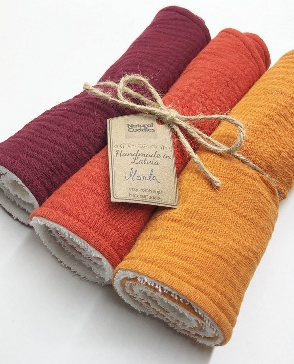 With a multitude of uses, the Set of 3 Orange Burp Rags is ideal for your baby with sensitive skin. This burp cloth is lightweight, breathable, and helps babies sleep well.