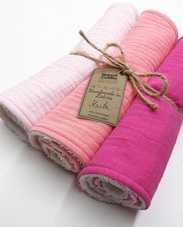 With a multitude of uses, the Set of 3 Pink Burp Rags is ideal for your baby with sensitive skin. This burp cloth is lightweight, breathable, and helps babies sleep well.