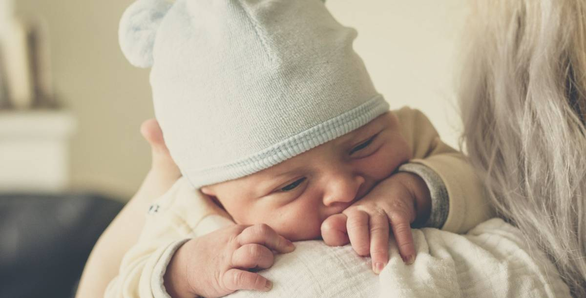 From the first moments, babies are already able to express their emotions. And so they make their parents or guardians understand what they want, whether they are hungry or sleepy, for example.