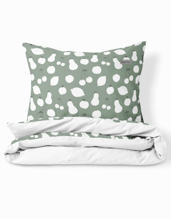 Create a wonderfully poetic effect in the nursery with the Bedding Set Vintage Fruits Sage Green. This delightful baby bedding set is the perfect choice for a contemporary nursery and it will quickly become friends for your little one's dreams.