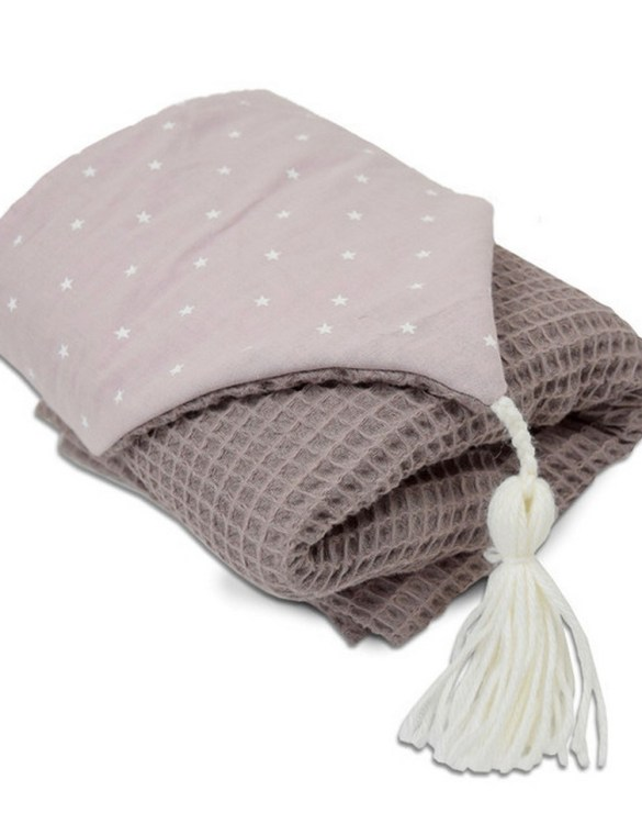 Great for gifting, the Hooded Towel Dusty Pink is made from a beautiful 100% cotton terrycloth to make an absorbent yet lightweight fabric. A soft infant hooded towel with a charming muslin hood.