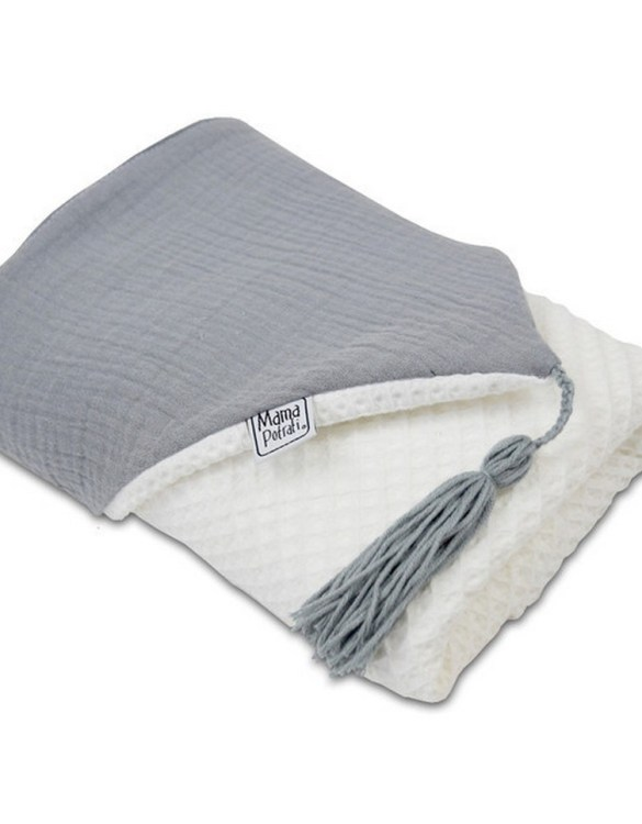Great for gifting, the Hooded Towel White & Gray is made from a beautiful 100% cotton terrycloth to make an absorbent yet lightweight fabric. A soft infant hooded towel with a charming muslin hood.