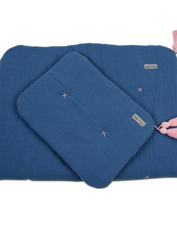 Highly practical and gorgeous looking cot bedding, the Muslin Newborn Bedding Filled perfect to welcome a new baby at home! Give your little one's room the 'wow' factor with this children's bedding set. A great idea for a gift or a layette for a child.