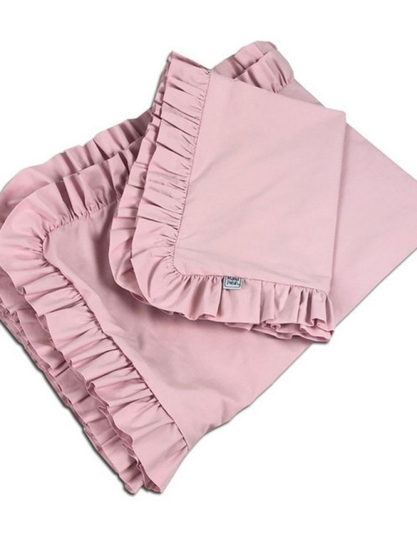 Create a wonderfully poetic effect in the nursery with the Ruffle Bedding Set Powder Pink. This delightful baby bedding set is the perfect choice for a contemporary nursery and it will quickly become friends for your little one's dreams.