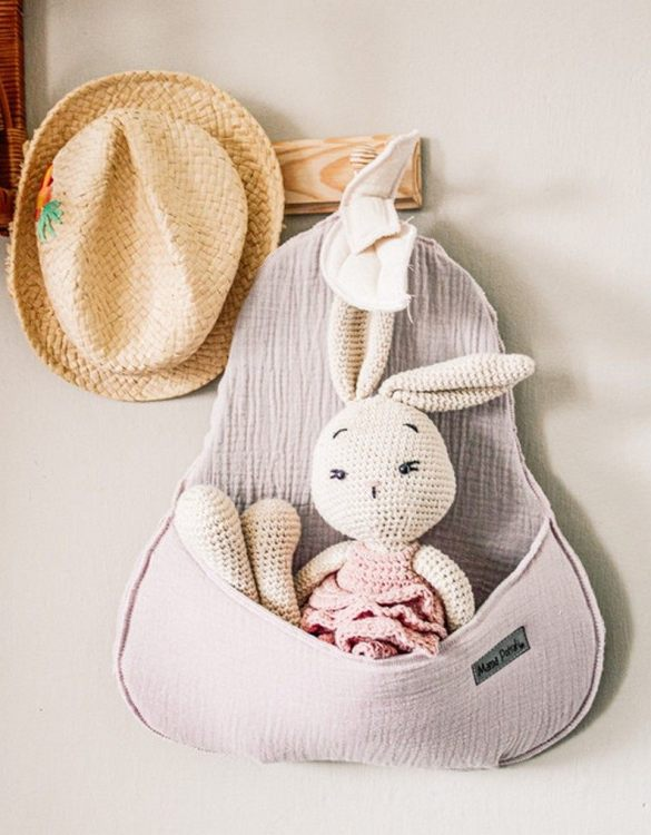 Extremely charming, the Wall Basket Powder Pink Pear will accommodate all your child's trinkets. This wall hanging basket makes the perfect gift for new parents to decorate their little one's room!