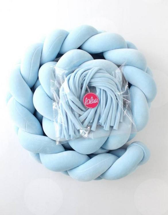 Safe for newborns and babies, the Blue Braided Crib Protector protects against impacts and at the same time creates a modern and exclusive decoration. The braid is ideal for a baby crib and toddler's bed.