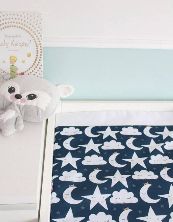 A perfect gift for a new baby, the Stars, Clouds and Moons Waterproof Winding Mat is ideal for keeping the little one comfortable and snuggly while changing. Super practical and stylish with a waterproof lining and it comes in your favourite prints.