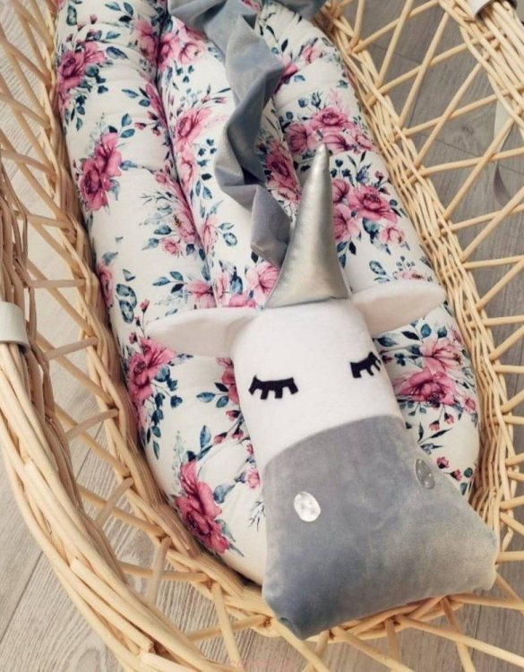 Highly practical and gorgeous looking cot bedding, the Unicorn Roses Cot Bumper is perfect to welcome a new baby at home! It is not only a protection but also a soft friend who will make sure that the child does not feel lonely during sleep.