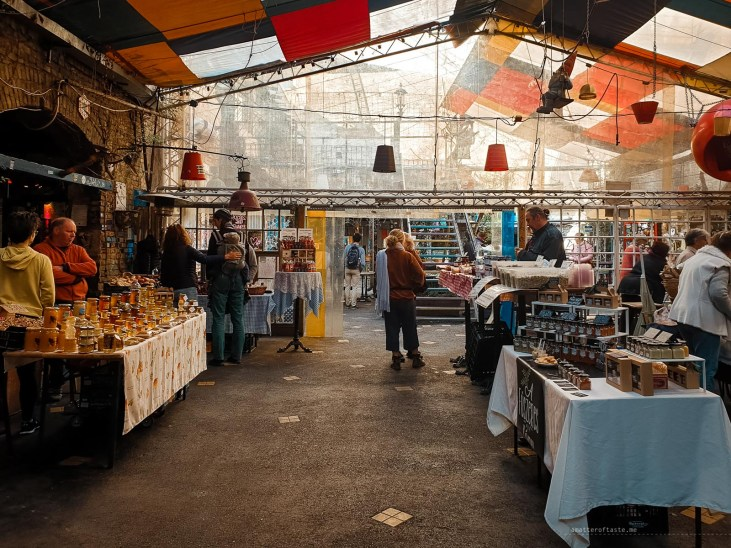An overview of the stalls at the Szimpla farmers market.