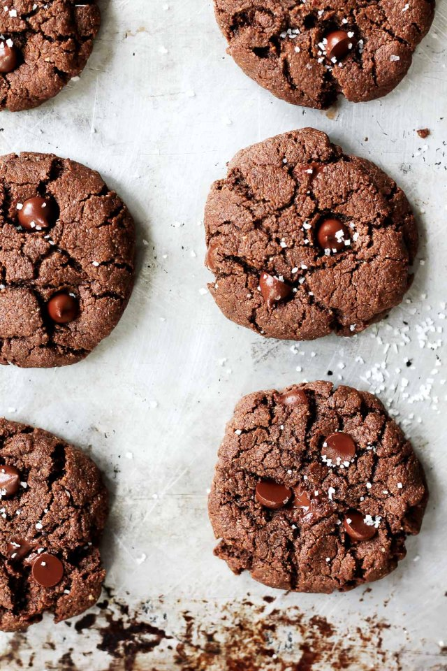 FLOURLESS PALEO CHOCOLATE ALMOND BUTTER COOKIES