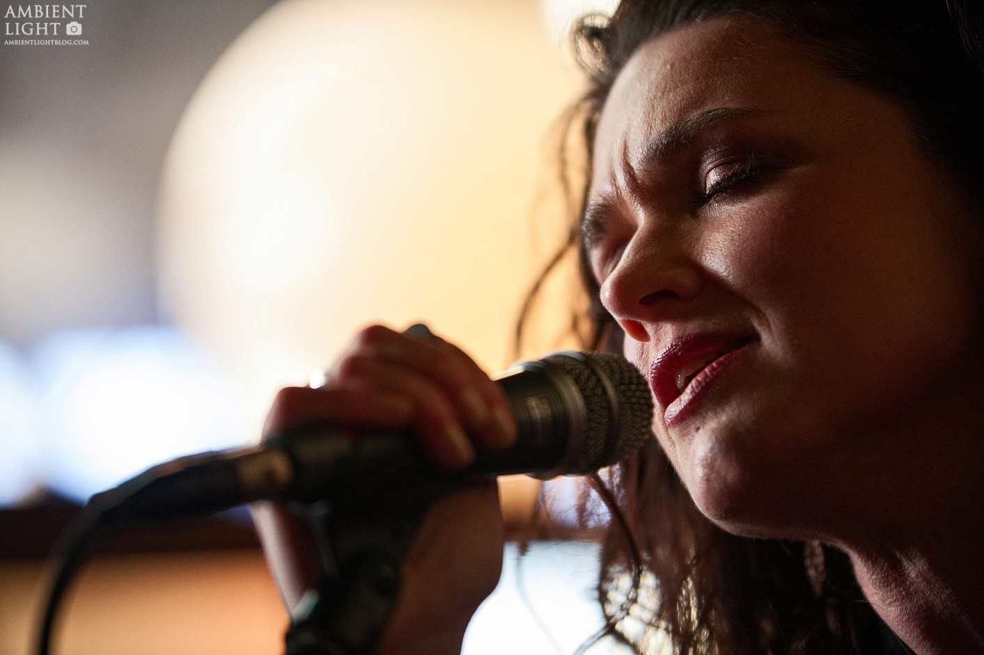 Julia Deans performing live in Auckland New Zealand 2017. Image by Doug Peters.