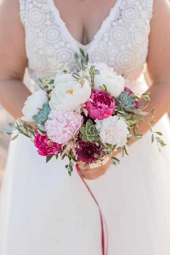 Brautstrauß mit Pfingstrosen in weiss und magenta mit Sukkulenten